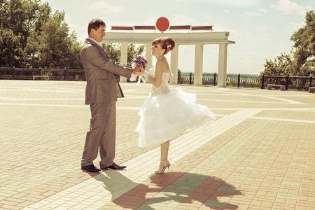 vestido corto: vestido corto de novia encantadora pelirroja hermosa y feliz novio Foto de archivo