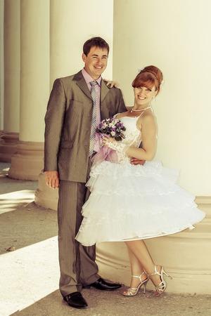 vestido corto: vestido corto encantador de la novia hermosa y feliz novio Foto de archivo