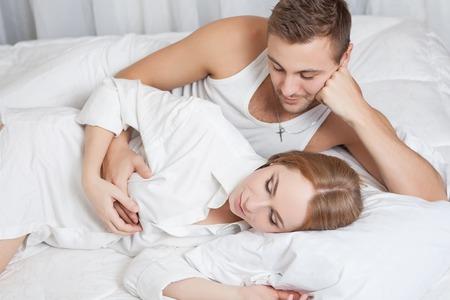 nackter junge: Sexuelle Szene von sanft und liebe junges Paar im Schlafzimmer Lizenzfreie Bilder