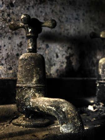 disused: Detalle HDR de un grifo de agua desuso viejo