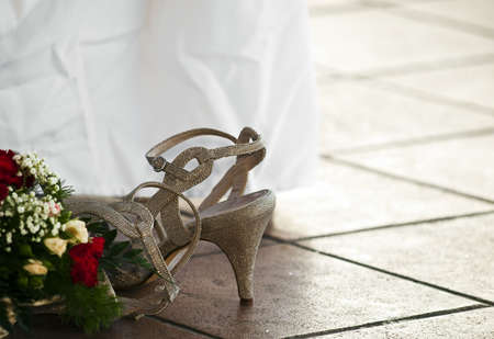床に横たわって花嫁介添人の靴の詳細と静物のショット