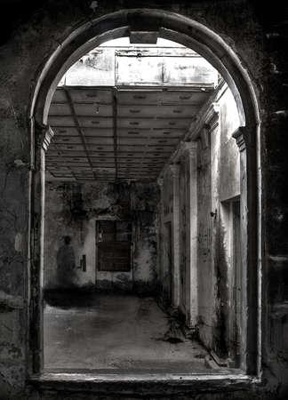 影の幽霊の古く、断念された建物の中庭で