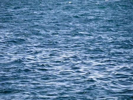 encrespado: Peque�as olas entrecortadas sobre la superficie del oc�ano en el Mediterr�neo  Foto de archivo