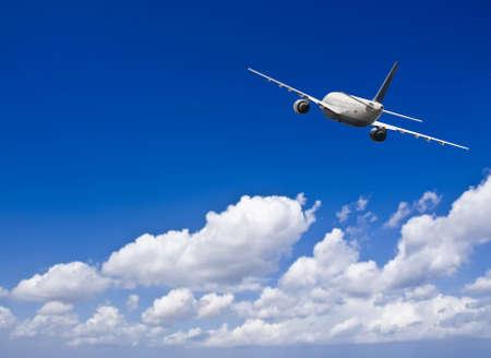 民間航空機のいくつかの雲と深い青色の空の旅