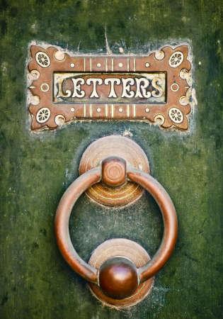 古いレター ボックスと Mdina マルタで緑のドアの doorknocker 写真素材