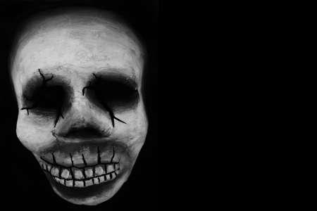 Un cráneo de hierba de mardi típico sobre un telón de fondo negro