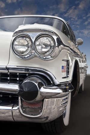 青い空を背景に高速巡航古典的なアメリカの自動車