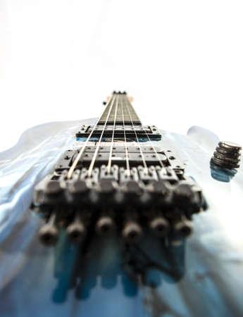 tremolo: Chitarra elettrica dettaglio colpi oltre sfondo bianco Archivio Fotografico