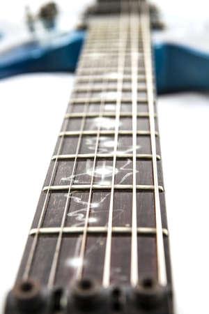 白の背景上のエレク トリック ギターの細部のショット