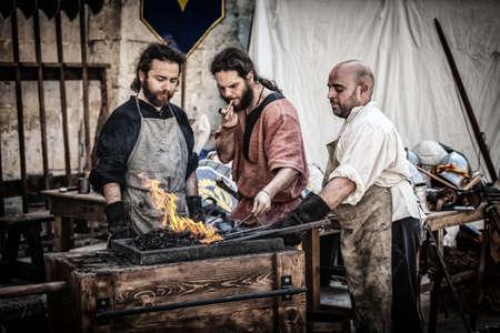 2013 年 4 月 13 日にイムディーナで中世イムディーナまつりイムディーナ、マルタ - 4 月 13 日 - A 中世鍛冶屋