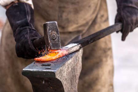 鍛冶屋鍛造高速ディテール ショットにアンビルに金属に取り組んで 写真素材