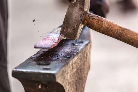 鍛冶屋鍛造ディテール ショットをアンビルに金属に取り組んで