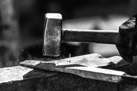 鍛冶フォージで作業中金属の詳細ショット