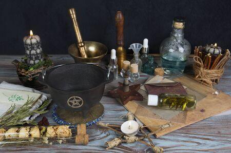 Wicca-Altar mit magischen Komponenten, Korbpentakel und Kessel