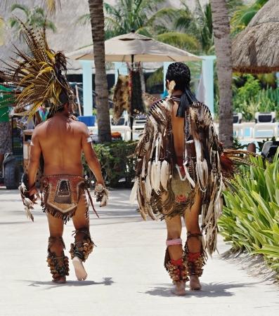 インド人のスーツの 2 つの日焼けした男性海リゾートの上を歩く 報道画像