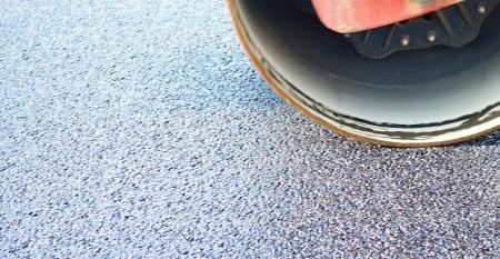Fragment d'expansion et de consolidation de l'asphalte par une grande patinoire sur l'autoroute Banque d'images - 20772872