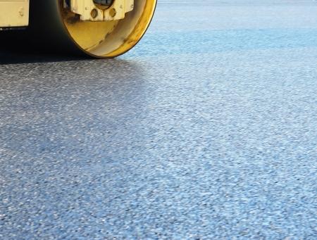 Fragment d'expansion et de consolidation de l'asphalte par une grande patinoire sur l'autoroute Banque d'images - 20772863