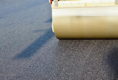 Fragment d'expansion et de consolidation de l'asphalte par une grande patinoire sur l'autoroute Banque d'images - 20776996