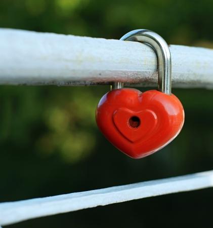 Symbool van liefde, trouw en toewijding in de vorm van het gesloten slot van rode kleur