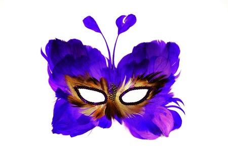 mascara de carnaval: M�scara de una mariposa en un rostro humano, con plumas de color azul, para los d�as de fiesta y los carnavales, aislado en un fondo blanco