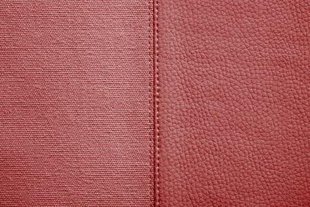 imitation leather: la combinazione cucito di due texture di colore rosso di tessuto grezzo e similpelle per astratto e per sfondi di festa Archivio Fotografico