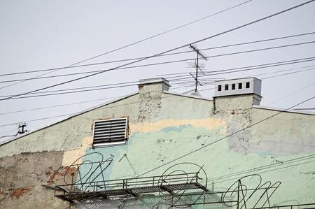 abstrakcje: Boczna ściana starego domu z zardzewiałych metalowych konstrukcji architektonicznych abstrakcji