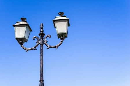 plafond: the isolated vintage lamp on an iron column against the blue sky