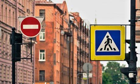 도로 표지판 또는 도로 표지판 횡단 보도 및 도시 거리에서 금지 된 움직임 스톡 콘텐츠 - 102944686