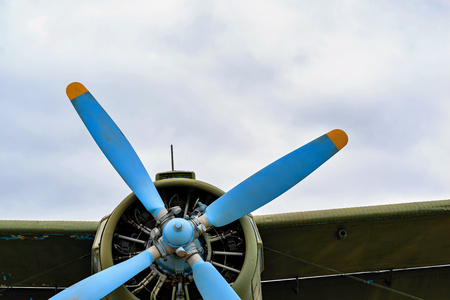 front part of the fuselage of the old military samolyut with the propeller closeup against the background of an empty and clear sky Stok Fotoğraf