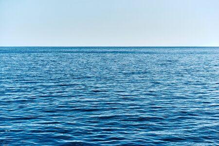 Meereslandschaft mit dem Himmel am Horizont über Wasser für einen natürlichen Hintergrund