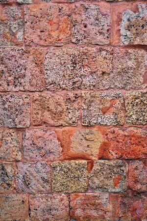 grey pink brickwork wall texture made of seashell blocks for background or wallpaper Banco de Imagens