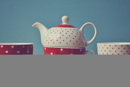 lunares rojos: Red polka dots tetera con dos tazas de t� retro Foto de archivo