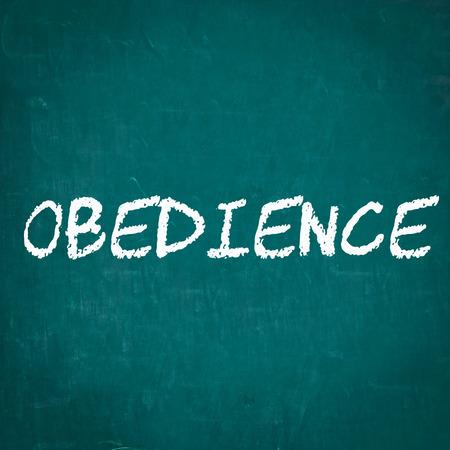 obediencia: OBEDIENCIA escrita en la pizarra Foto de archivo