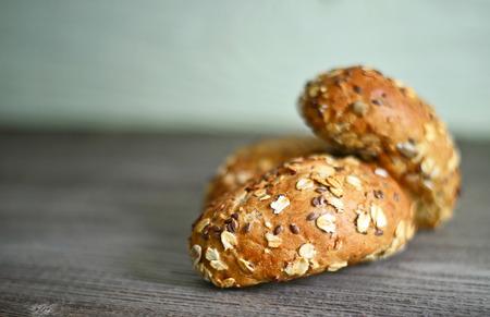 tranches de pain: petit rouleau frais sur la table