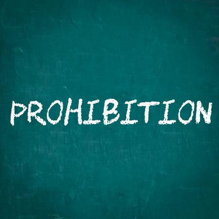 prohibition: INTERDICTION écrit sur tableau noir