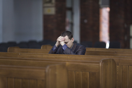 to forgive: Hombre rezando en la iglesia Foto de archivo