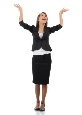 manos levantadas: Retrato de longitud completa de exitosa empresaria joven elevando sus brazos en alegría. Aisladas sobre fondo blanco
