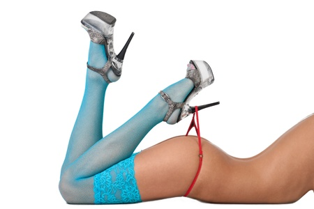 mujeres desnudas: Primer plano de las piernas y las nalgas de una mujer desnuda de slim en lencería sexy sobre fondo blanco