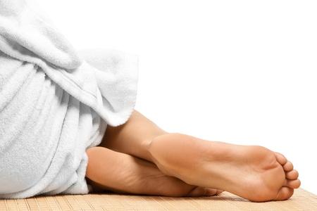 piedi nudi di bambine: Close-up di piedi femminili a spa salon, isolato su sfondo bianco