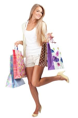 faire les courses: Heureuse belle femme avec des sacs color�s dans ses mains Banque d'images