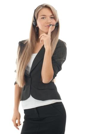 call center agent: Ritratto di una bella femmina, giovane impiegato di call center che indossa un auricolare, contro sfondo bianco