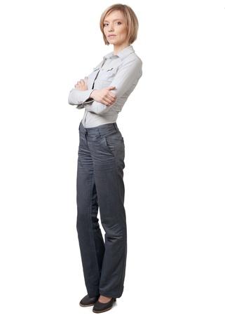 mani incrociate: Attraente imprenditrice con le mani incrociate in piedi contro sfondo bianco Archivio Fotografico
