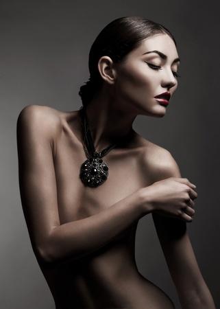 mujer desnuda: Moda foto de estudio de hermosa mujer desnuda con el maquillaje y con un collar alrededor de su cuello