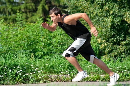 hombre flaco: Joven hombre musculoso correr en el parque Foto de archivo