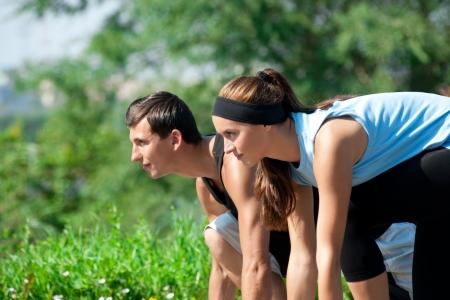 pareja saludable: Pareja joven f�sico del hombre y de mujer lista para empezar a correr