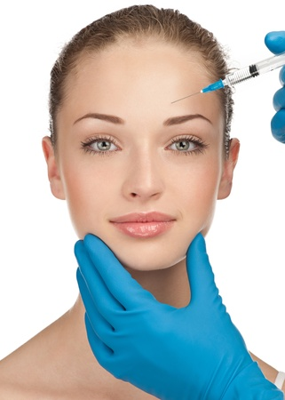 inyeccion: Cosm�tico inyecci�n de botox a la cara muy femenina. Aisladas sobre fondo blanco