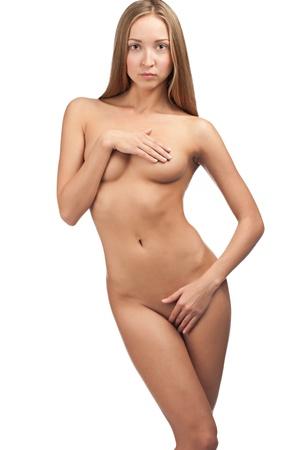 femme se deshabille: Sexy belle femme couvrant ses parties intimes du corps nu. Isol� sur fond blanc