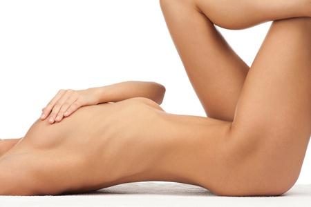 mujer sexy desnuda: Sexy mujer desnuda con el cuerpo perfecto delgada que cubre su pecho. Aisladas sobre fondo blanco Foto de archivo