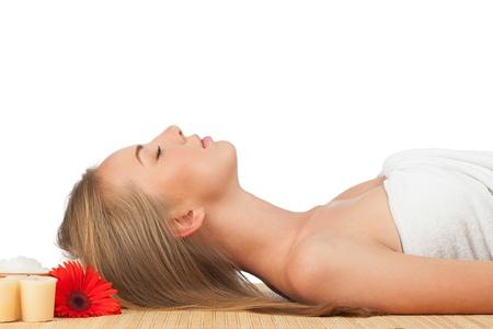 closed eyes: Portret van jonge mooie spa vrouw met gesloten ogen liggen op bamboe mat op spa salon