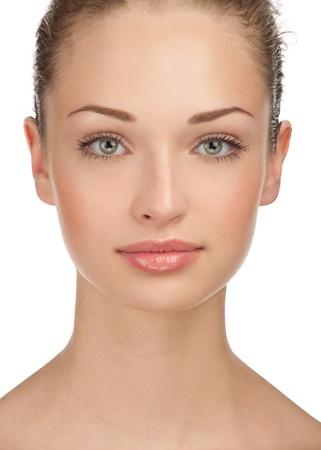Close-up portret van jonge mooie vrouw met perfecte gezonde huid en natuurlijke make-up, geïsoleerd op een witte achtergrond Stockfoto
